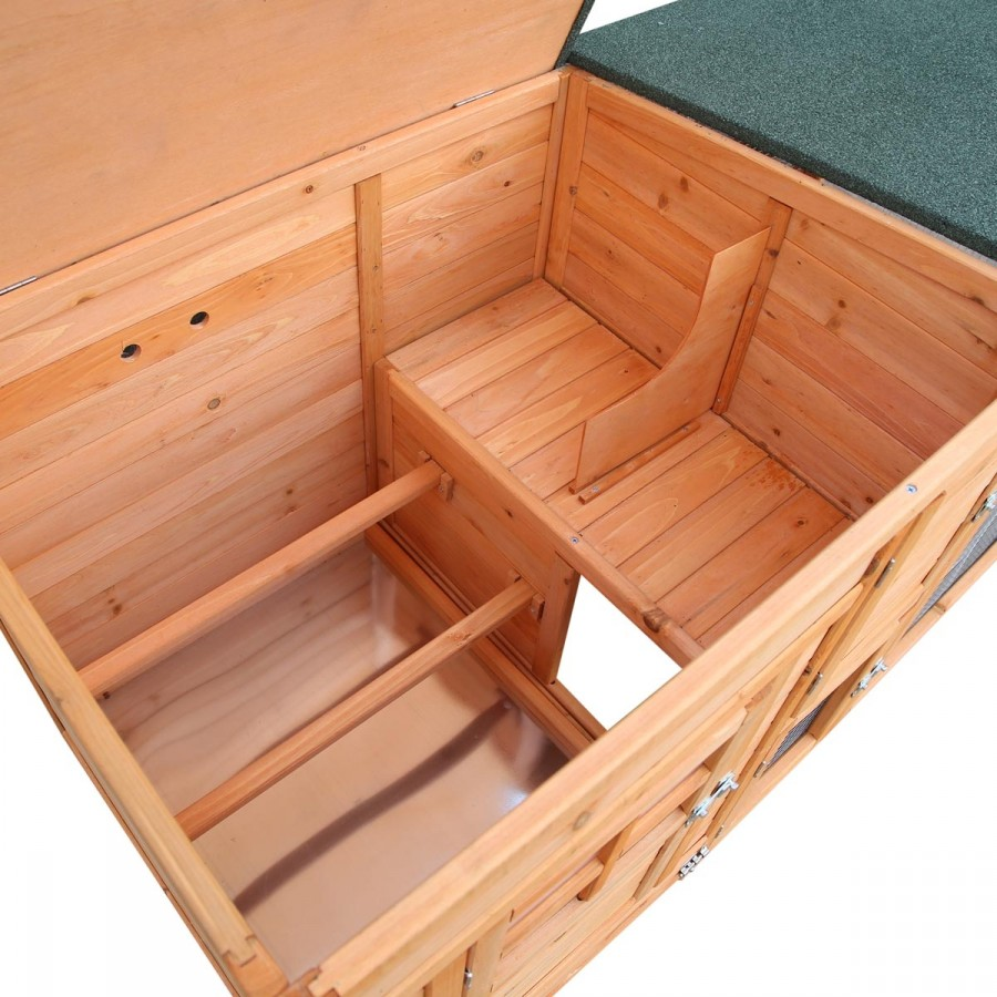 2 Sitzstangen sowie 2 Brut- oder Nestplätze im Stallinneren