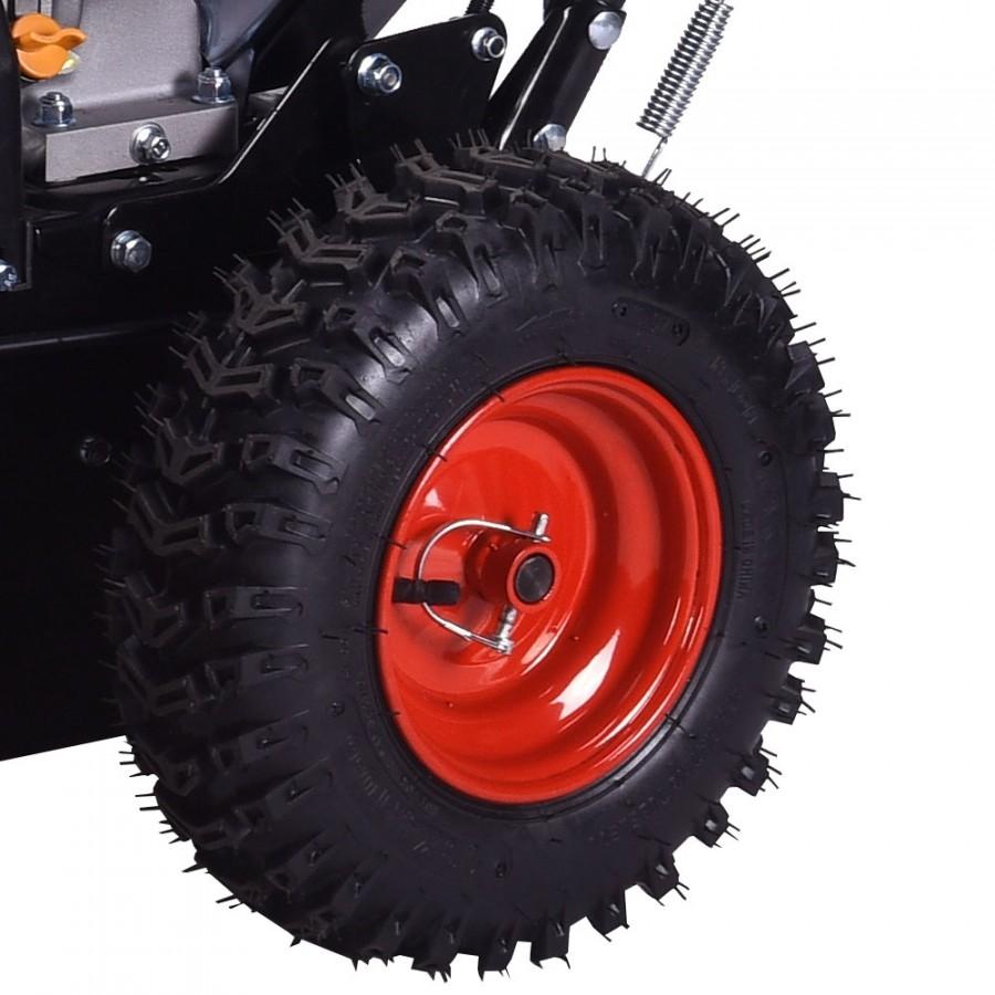 extra große Räder mit einem grobstolligen Reifenprofil für sicheres Vorwärtskommen auch in schwierigen Wettersituationen