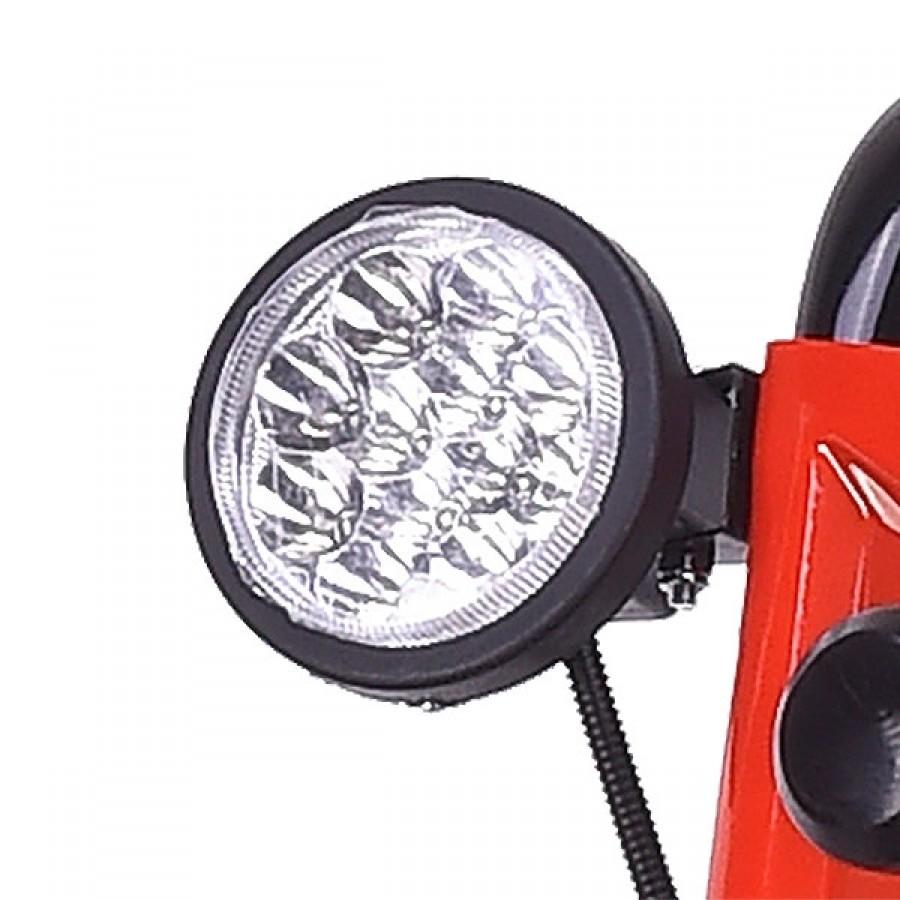 zuschaltbarer LED-Arbeitsscheinwerfer für immer klare Sicht auch bei Nacht und widrigen Witterungsbedingungen