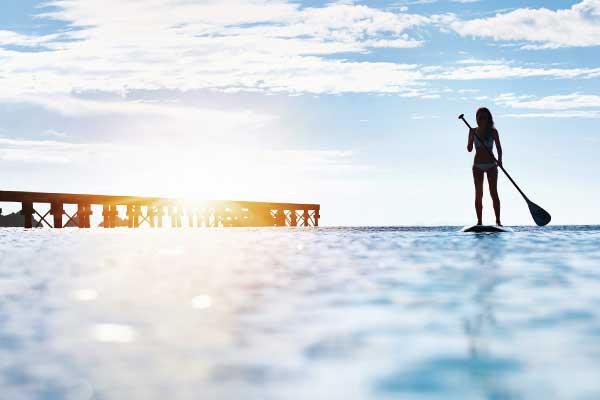 Frau auf SUP Board Ostsee