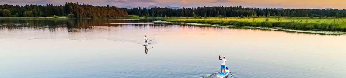 Stand Up Paddler auf bayrischem See