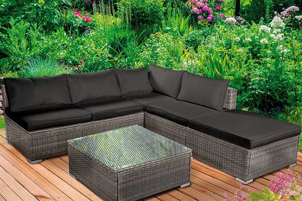 gemütliche Loungegarnitur im Garten