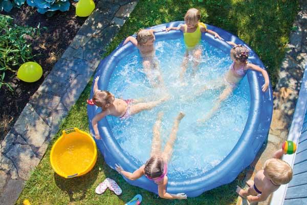 Kinder planschen im Pool